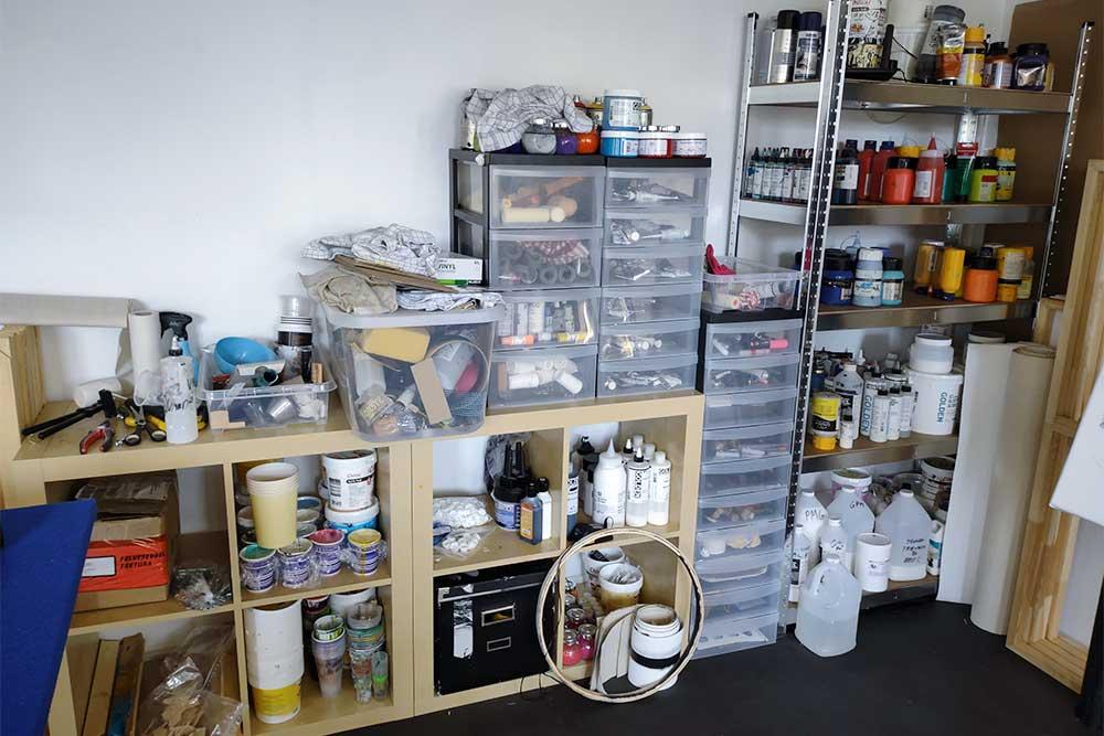 Im Atelier werden alle Malwerkzeuge, Farben und Medien aufbewahrt