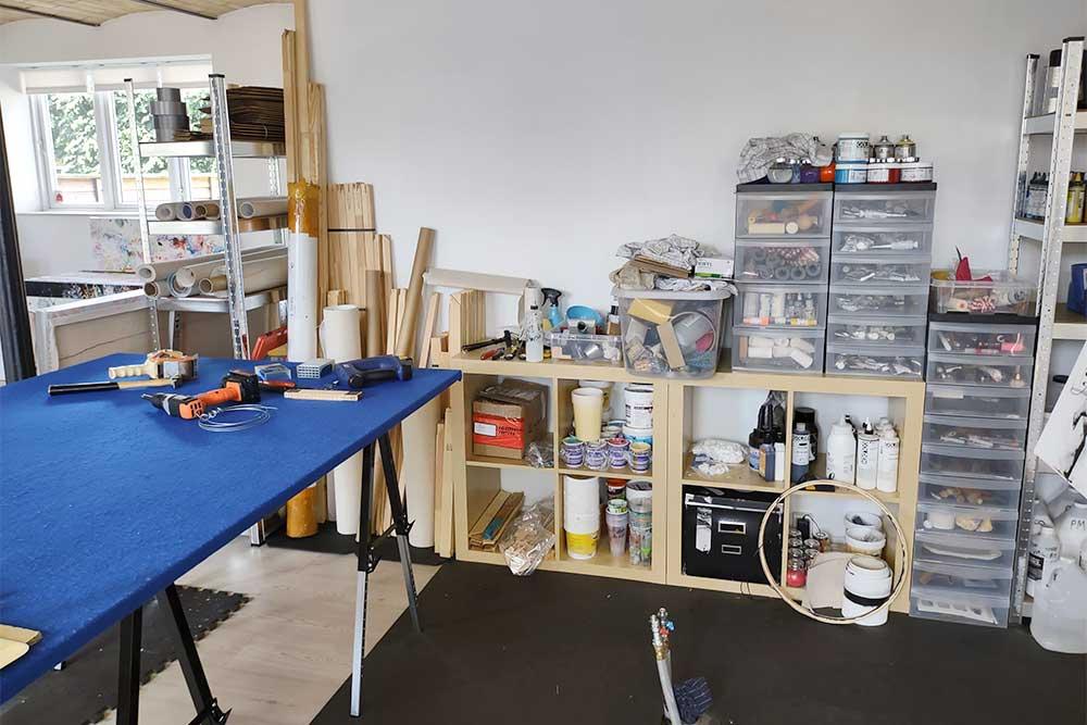 Im Atelier habe ich ein Arbeitstische für sammeln von Rahmen und Leinwände